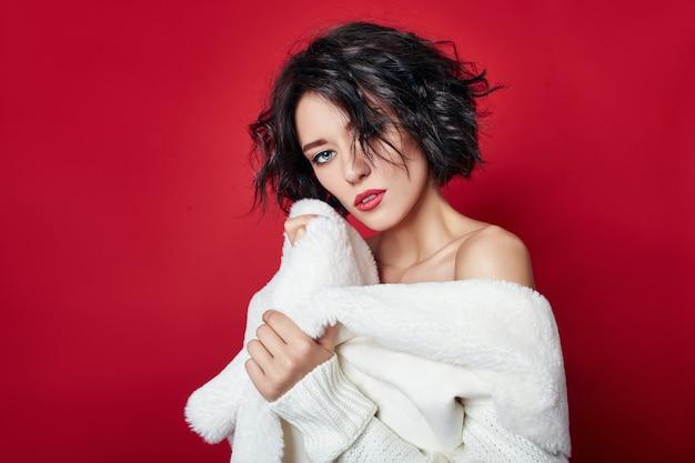 Sexy frau mit kurzen haaren. mädchen in einer weißen jacke Premium Fotos