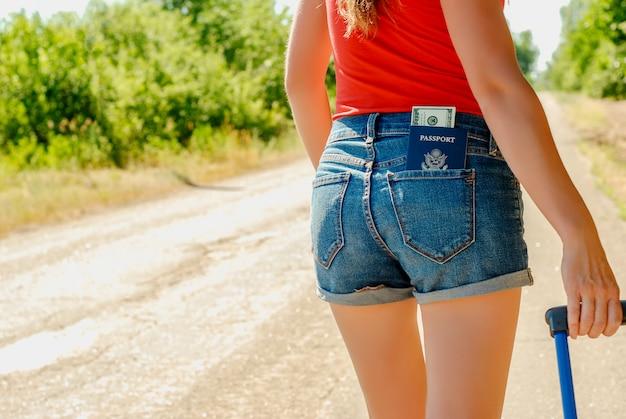 Sexy frau zurück in jeans shorts Premium Fotos