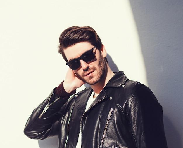 Sexy herrlicher stilvoller mann in der lederjacke Premium Fotos