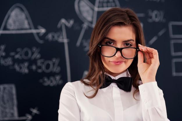 Sexy junge frau, die in der brille trägt Kostenlose Fotos