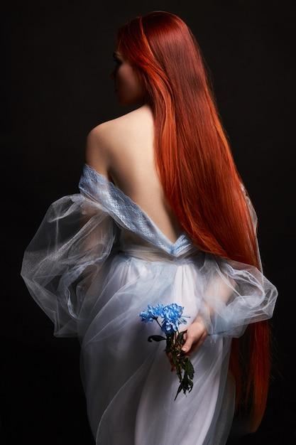Sexy schönes rothaarigemädchen mit dem langen haar im kleid Premium Fotos