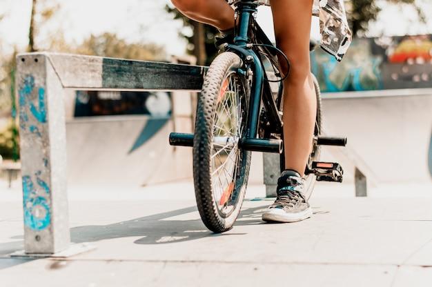 Sexy weibliche beine und fahrrad auf der straße Premium Fotos