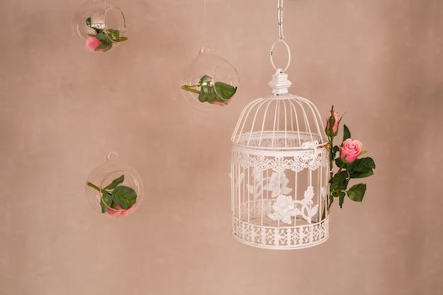 Shabby chic dekorieren mit schönen vintage vogelkäfig und blumen Premium Fotos