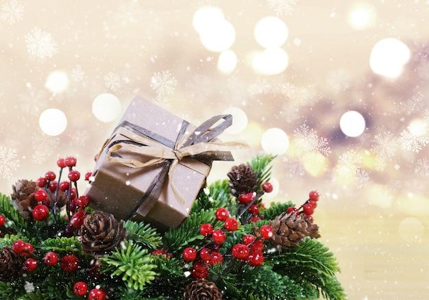 shabby chic weihnachtsgeschenk in kranz mit beeren und tannenzapfen download der kostenlosen fotos. Black Bedroom Furniture Sets. Home Design Ideas