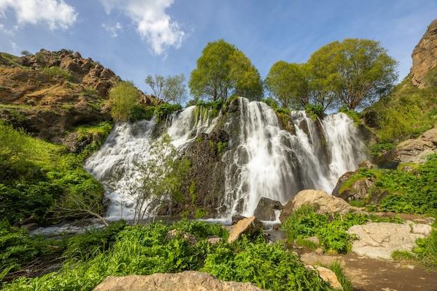 Shaki wasserfall und grüne bäume in armenien Premium Fotos