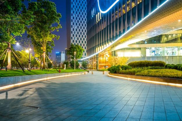 Shanghai-stadtgebäude nachts und unscharfe autolichter Premium Fotos