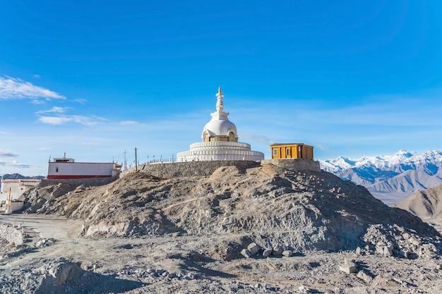 Shanti stupa auf einem hügel in changpa, leh bezirk, ladakh region, jammu und kashmir state, nordindien Premium Fotos
