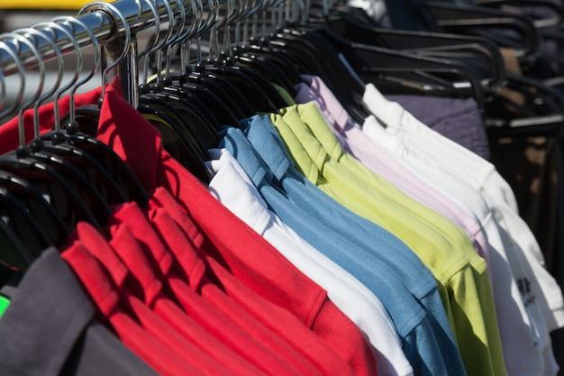 Shirts auf kleiderbügel im shop Kostenlose Fotos