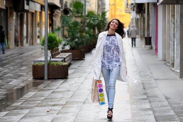Shopaholic frau in einem kalten tag Kostenlose Fotos