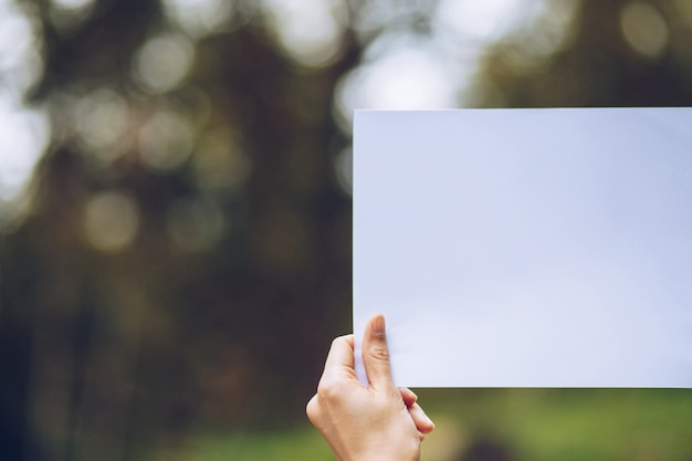 Showbusiness-papier in der hand auf natur Premium Fotos