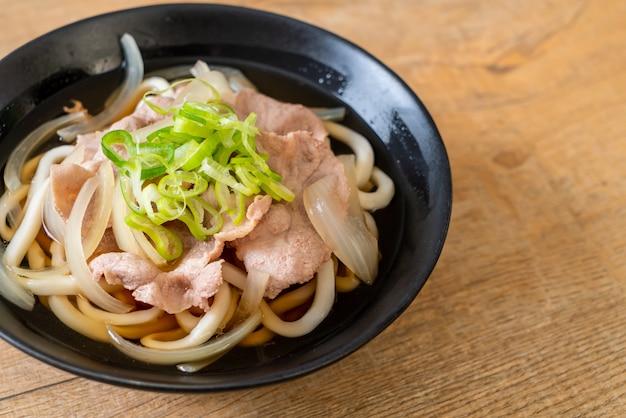 Shoyu udon ramen nudel mit schweinefleisch (shoyu ramen) Premium Fotos
