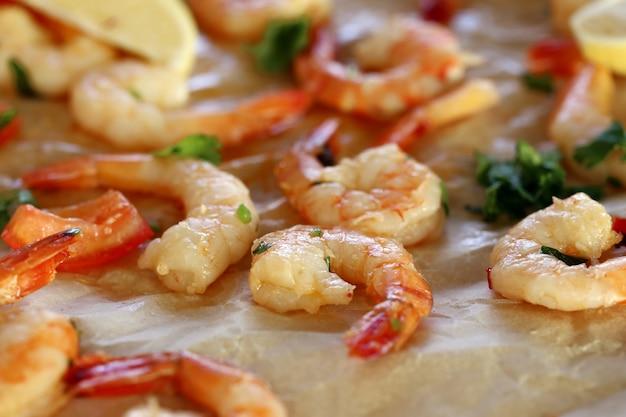 Shrimps. haufen von rosa, rohen garnelen auf dem tisch Kostenlose Fotos