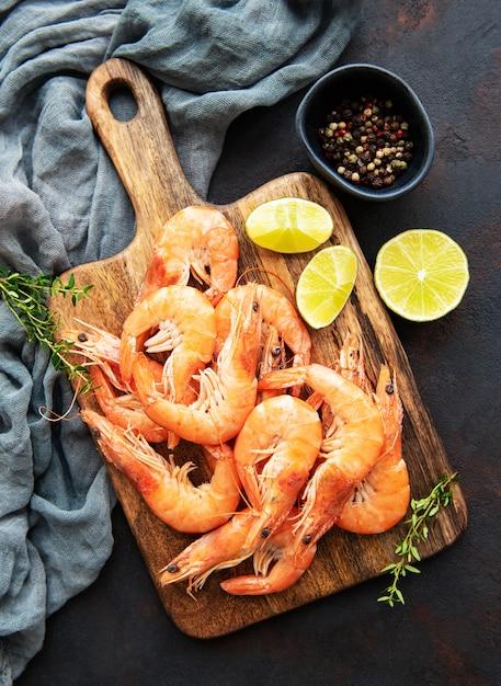 Shrimps mit zitrone serviert Premium Fotos