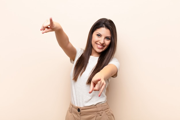 Sich glücklich und selbstsicher fühlen, mit beiden händen zeigen und lachen, dich wählen Premium Fotos