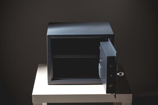 Sicher auf schwarzem hintergrund Premium Fotos