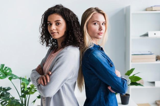 Sicheres ethnisches und blondes weibliches büroangestelltteam Kostenlose Fotos