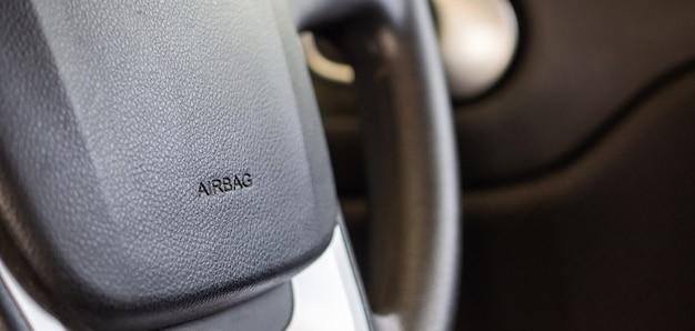 Sicherheitsairbagschild am autolenkrad Premium Fotos