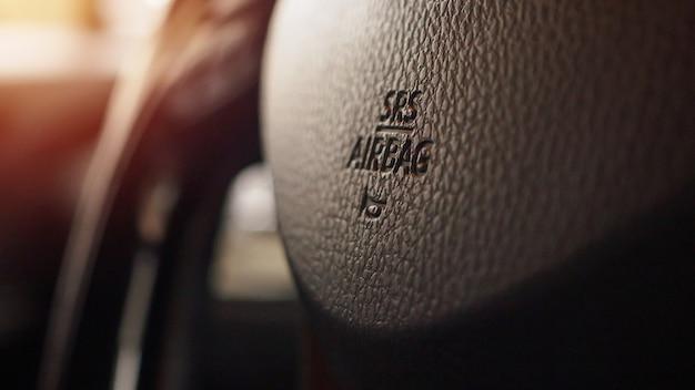 Sicherheitsairbagzeichen am autolenkrad mit hupensymbol Premium Fotos
