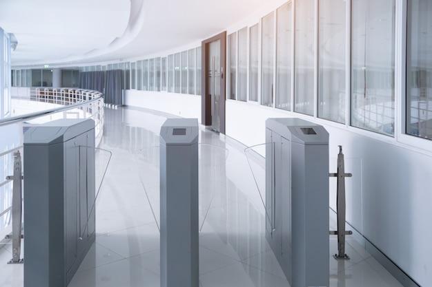 Sicherheitseingangstor zugangssystem für büro Premium Fotos