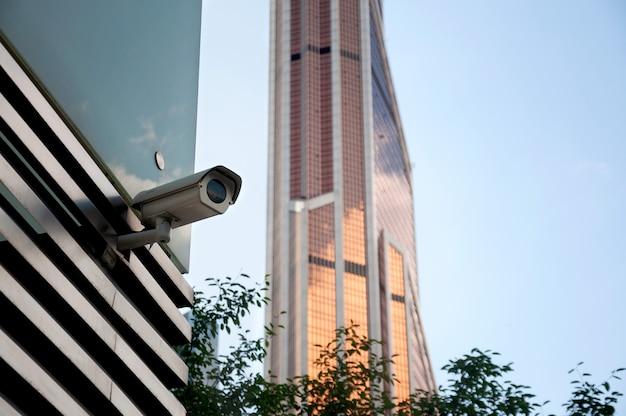 Sicherheitsüberwachungssystem am eingang eines modernen bürogebäudes. zwei kameras der videoüberwachung. Premium Fotos