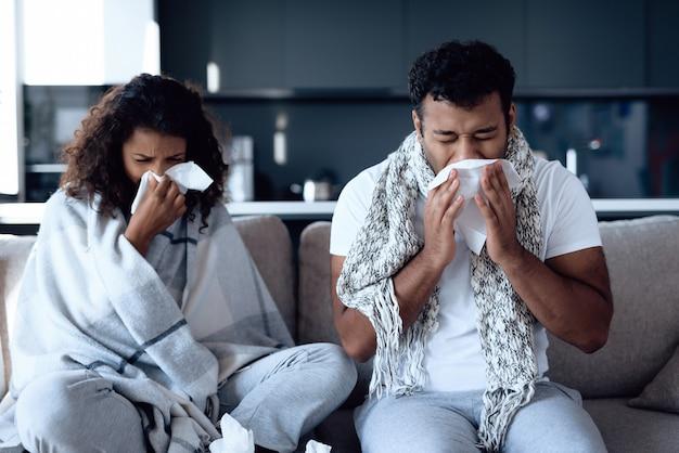 Sie erkälten sich und putzen sich in papierservietten die nase. Premium Fotos