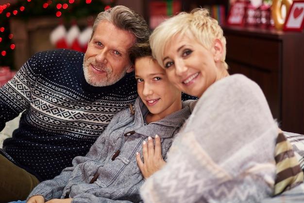 Sie scheinen eine sehr fröhliche familie zu sein Kostenlose Fotos