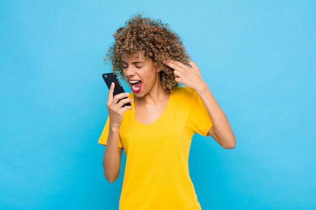 Sie sehen unglücklich und gestresst aus. selbstmordgeste macht waffenzeichen mit der hand und zeigt auf den kopf Premium Fotos