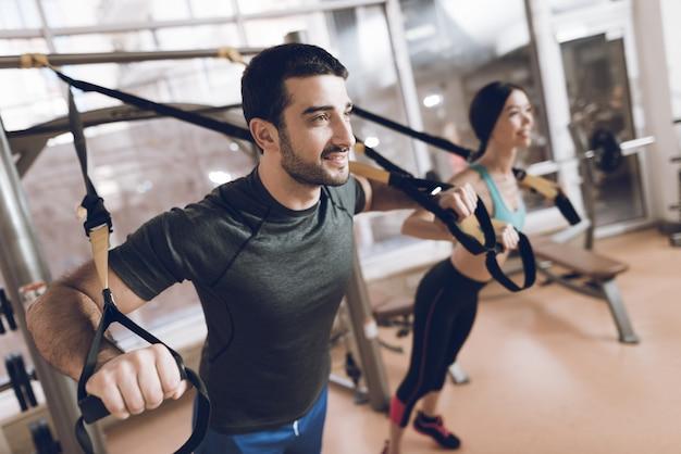 Sie sind im fitnessstudio und konzentrieren sich auf die übungen. Premium Fotos