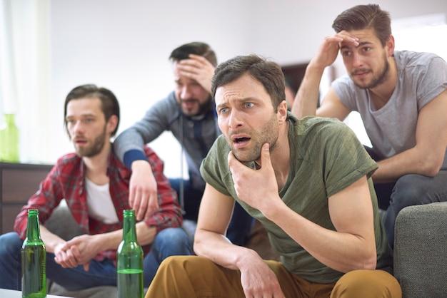 Sie sind nicht glücklich, dass ihre mannschaft verloren hat Kostenlose Fotos