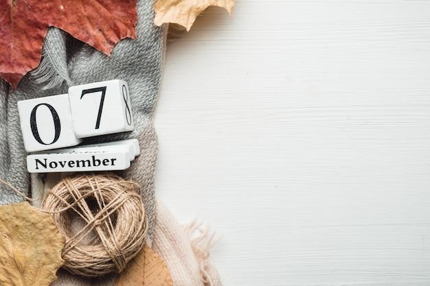 Siebter tag des herbstmonatskalenders november mit speicherplatz. Premium Fotos