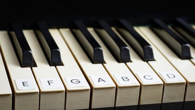 Signierte schlüssel eines alten klaviers. klavier spielen lernen Premium Fotos