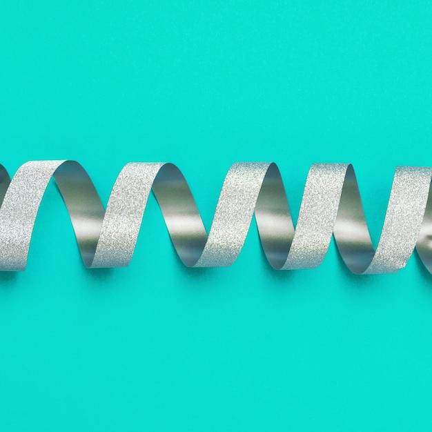 Silber spiralband in der mitte des rahmens geschenkkarte oder zertifikat. Premium Fotos