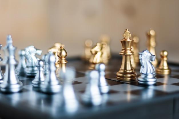 Silber und golden mit feind im spiel metapher taktik und business-plan-konzept Premium Fotos