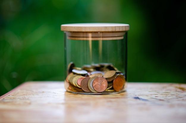 Silbermünzen, geld sparen für die zukunft das konzept der verwendung von geld, um geld zu wissen Premium Fotos