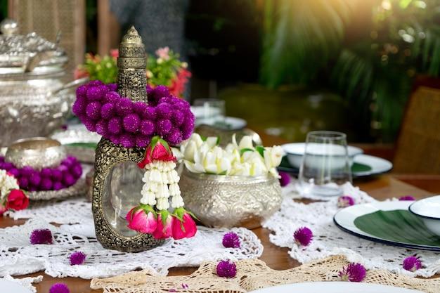 Silberne warengirlande der thailändischen lebensmitteltabellendekoration Premium Fotos