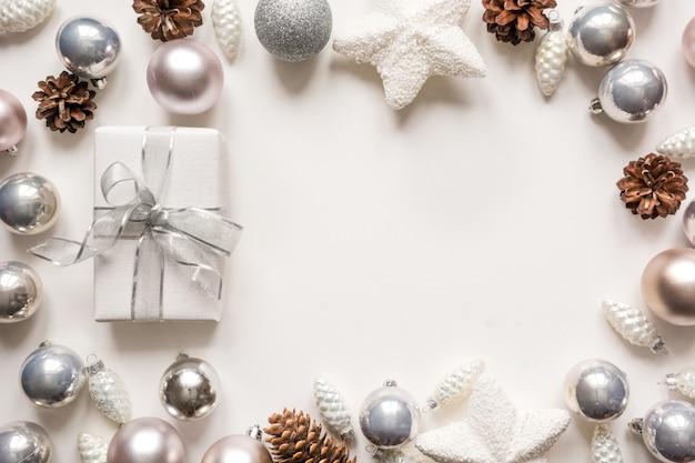 Silberne weihnachtsdekorationsbälle und -geschenk auf weiß Premium Fotos