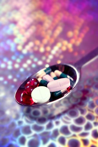 Silberner löffel voll medizinpillen über ganz eigenhändig geschriebenem Premium Fotos
