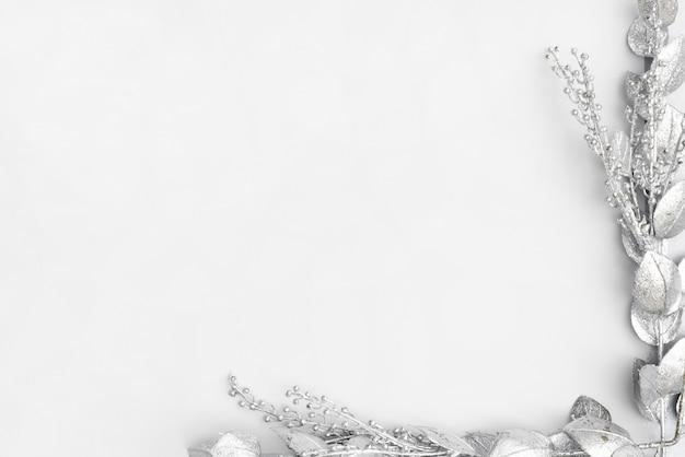 Silberner mit blumenrahmen mit kopienraum Kostenlose Fotos