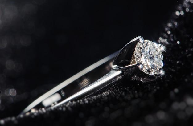 Silberner ring auf schwarzem hintergrund Premium Fotos