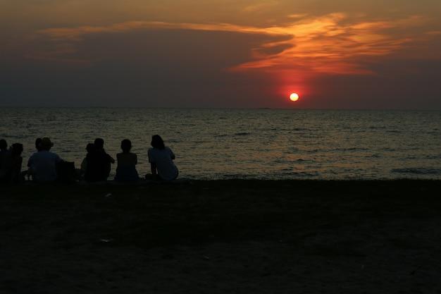Silhouette alle menschen treffen blick sonnenuntergang himmel am strand Premium Fotos