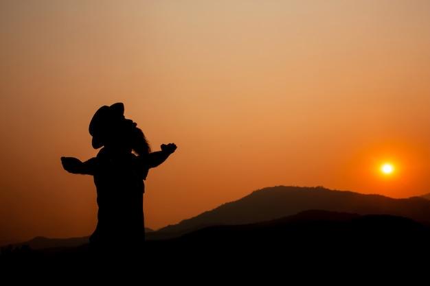 Silhouette eines mannes mit ausgestreckten armen. Kostenlose Fotos