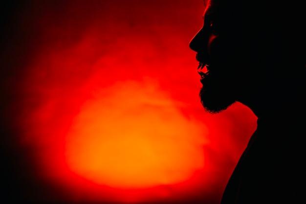Silhouette von gespenstischen mann auf rot Premium Fotos