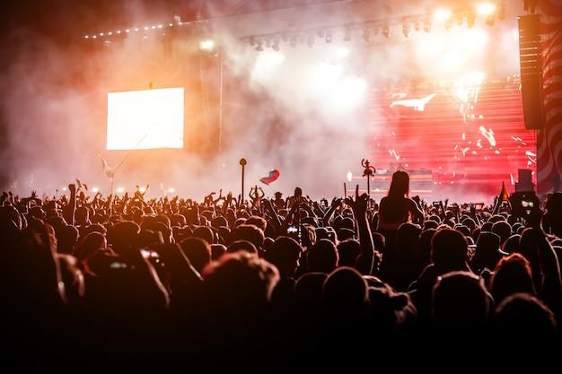Silhouetten der konzertmenge. veranstaltung mit vielen leuten. große clubnachtparty. Premium Fotos
