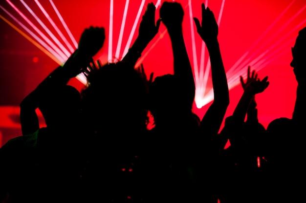 Silhouetten von tanzenden, die eine feier in einem disco-club haben Premium Fotos