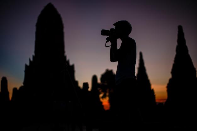 Siluette, touristen reisen in den alten tempel in phra nakhon si ayutthaya, thailand. Premium Fotos