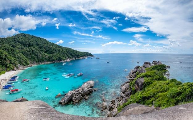 Similan bay segeln-felseninsel in andaman-meer Premium Fotos
