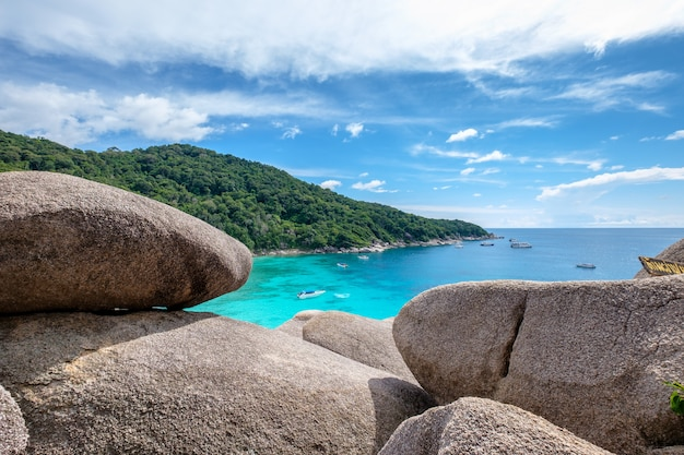 Similan-bucht-segelnfelseninsel in andamanensee Premium Fotos