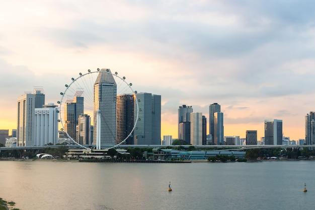 Singapur-fliegerstadtbild auf jachthafenbucht und sonnenuntergang in der dämmerungszeit Premium Fotos