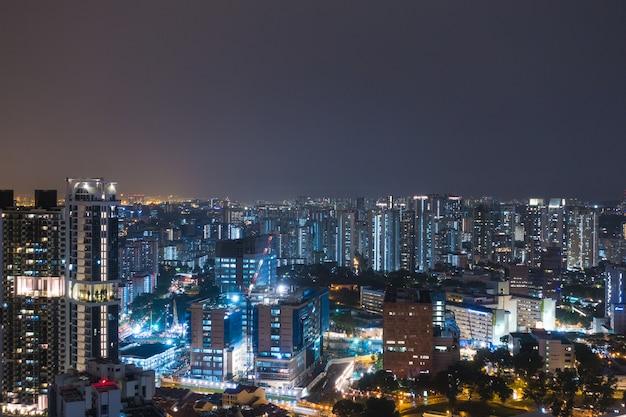 Singapur hohe gebäude in der nacht Premium Fotos