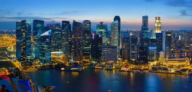 Singapur im stadtzentrum gelegen nachts, luftaufnahme Premium Fotos